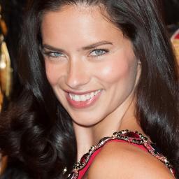 Adriana Lima opnieuw in zee met Maybelline