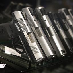 Armani Exchange maakt armbanden van vuurwapens