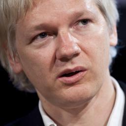 Julian Assange in modeshow tijdens London Fashion Week