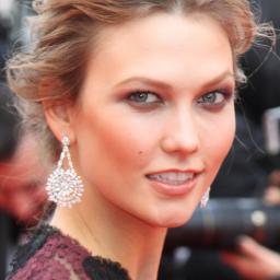 Karlie Kloss vrijwel onherkenbaar in campagne Chanel