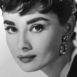 Kleinkind Audrey Hepburn maakt debuut als model