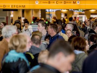 Lange wachttijden op luchthaven in meivakantie vragen om maatregelen
